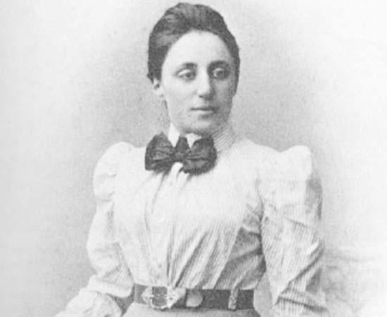Emmy Noether (1882 - 1935) - Física e matemática alemã que realizou importantes pesquisas sobre a Teoria dos Anéis e Álgebra Abstrata. Elaborou o Teorema de Noether, que explica as relações entre simetria e as leis de conservação da física teórica.