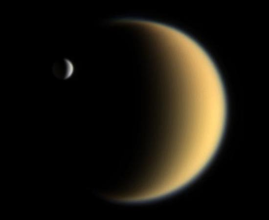 Nesta imagem, é possível ver Encélado em contraposição com a maior lua de Saturno: Titã.