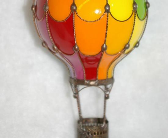 Uma lâmpada incandescente queimada foi usada para fazer esta escultura de balão.