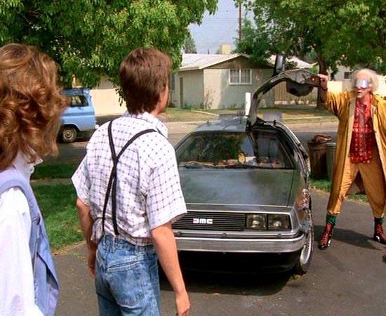 ENREDO - De Volta para o Futuro conta a história do adolescente Marty McFly. Ele viaja para o passado com a máquina do tempo desenvolvida pelo cientista Emmett Doc Brown e vai parar nos anos 1950. Após muita confusão, ele precisa fazer seus pais se apaixonarem. Caso contrário, ele mesmo vai deixar de existir no futuro. O jovem ainda precisa encontrar energia suficiente para enviar a máquina do tempo de volta para 1985.