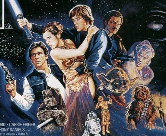 ENREDO - A história de Star Wars se passa em uma galáxia fictícia, habitada por várias criaturas orgânicas e dróides robóticos. O governo está nas mãos da República Galáctica, que depois se torna Império Galáctico. Neste cenário, existe a ''Força', uma energia onipresente. Quem consegue controla-la, obtém poderes sobrenaturais como telecinese, premonição e controle mental. Os 'Jedi' usam a 'Força' para o bem, enquanto os 'Sith' usam a força para o mal. A história, em ordem cronológica conta a trajetória da transformação do jovem Anakin em Darth Vader; depois há a trajetória de Luke Skywalker contra o Império Galáctico.