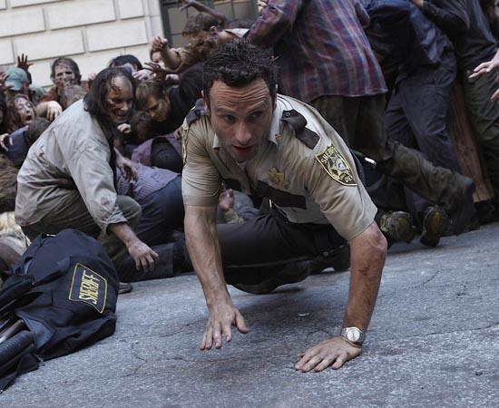 ENREDO - The Walking Dead conta a história de um grupo de sobreviventes de um apocalipse zumbi. A trama é centrada em Rick Grimes, um oficial de polícia de uma cidadezinha do interior dos EUA. Ele acorda sozinho em um quarto de hospital, que está cercado por mortos-vivos. A partir de então, precisa fugir e encontrar alguém que possa explicar o que está acontecendo. Após muito suspense, ele descobre que um vírus infectou quase toda a população mundial e encontra a família com um grupo de sobreviventes. No entanto, os problemas estão apenas começando.