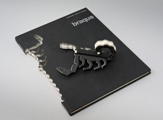 Livros podem servir de matéria-prima para dar vida aos mais variados animais, tipo esse escorpião. Esse trabalho foi desenvolvido pelo artista Robert The.