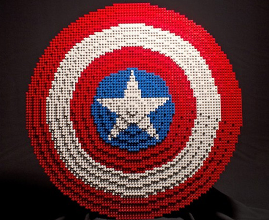 Este fã de Vingadores construiu o escudo do Capitão América com peças de Lego.