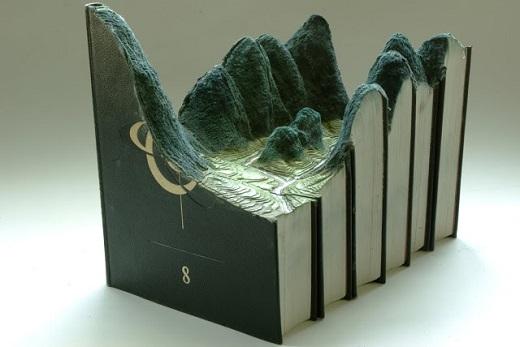 Já o artista Guy Laramee curte transformar livros em paisagens. Nessa, ele usa a textura das páginas para fazer rios, vegetação e montanhas.
