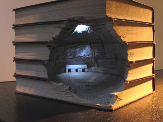 Com talento e persistência, ele mostra que livros sempre guardam lugares fantásticos. Como essa construção, escondida numa caverna.