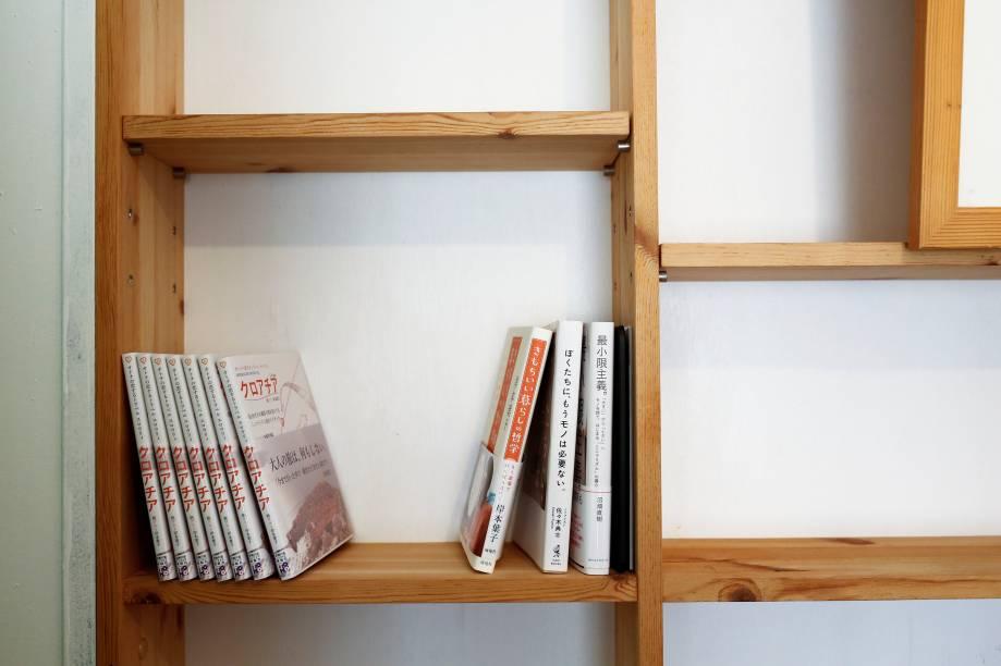 Mesmo com espaço para armazenar mais coisas, minimalistas - como Naoki - preferem guardar poucos objetos.