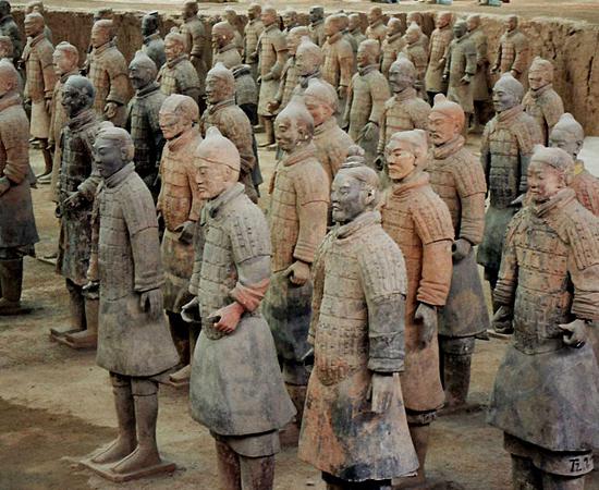 MAUSOLÉU DO PRIMEIRO IMPERADOR CHINÊS - É a tumba de Qin Shihuang, que reinou entre 259 e 210 a.C. Mais de 8 mil estátuas de guerreiros adornam o local, que está localizado em Xian, na província de Shaanxi.