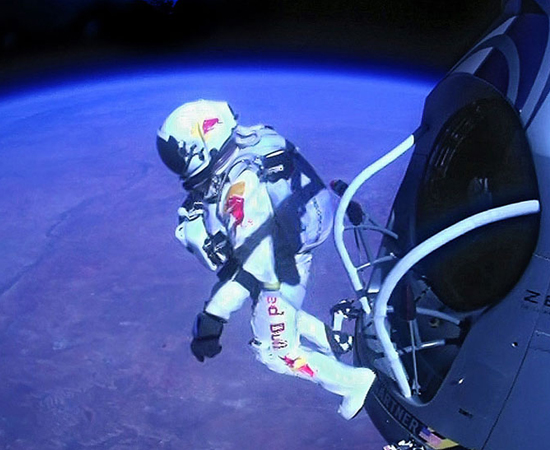 SALTO DA ESTRATOSFERA - No dia 14 de outubro, o austríaco Feliz Baumgartner saltou da estratosfera e tornou-se o primeiro homem a quebrar a barreira do som em uma queda livre.