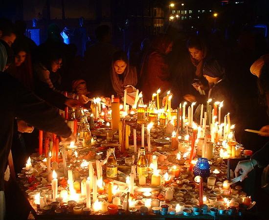 O Diwali, conhecido como Festival das Luzes, é uma festa religiosa celebrada por indianos de todo o mundo. O evento dura cinco dias e comemora a vitória das forças do Bem sobre o Mal, da luz sobre as trevas, e do conhecimento sobre a ignorância. Os religiosos acendem pequenas lâmpadas (diyas), vestem roupas novas, comem doces e soltam fogos de artifício.