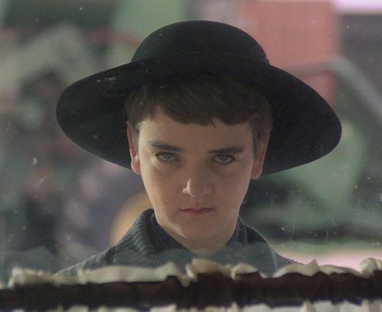 A COLHEITA MALDITA (Children of the Corn - 1984) - Isaac Chroner, um menino pregador, vai para Gatlin, no Nebraska (EUA), e faz com que as crianças assassinem todos os adultos da cidade. Um dia, um casal vai até a localidade para registrar um crime. No entanto, eles são aprisionados e descobrem que têm poucas chances de escaparem vivos, pois as crianças praticam um culto que utiliza sangue humano para adubar a terra. O roteiro é baseado no conto homônimo de Stephen King.