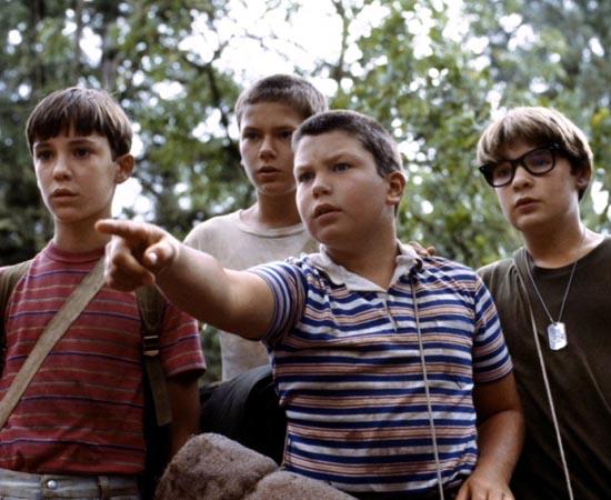 CONTA COMIGO (Stand by me - 1986) - O escritor Gordie Lachance relembra um fato da sua infância. Quando tinha 12 anos e vivia em Oregon (EUA), ele e mais três amigos saíram em uma aventura na mata em busca de um corpo desaparecido. O roteiro é baseado no conto 'O Corpo' do livro 'Quatro Estações' de Stephen King.