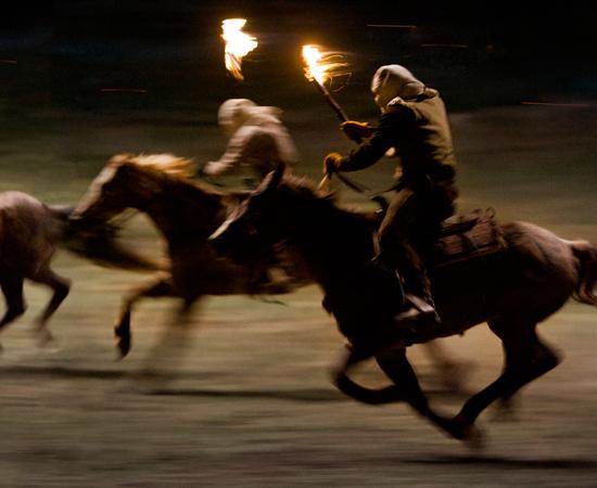 Schultz compra Django com a promessa de alforriá-lo assim que capturar os Brittle - mortos ou vivos.