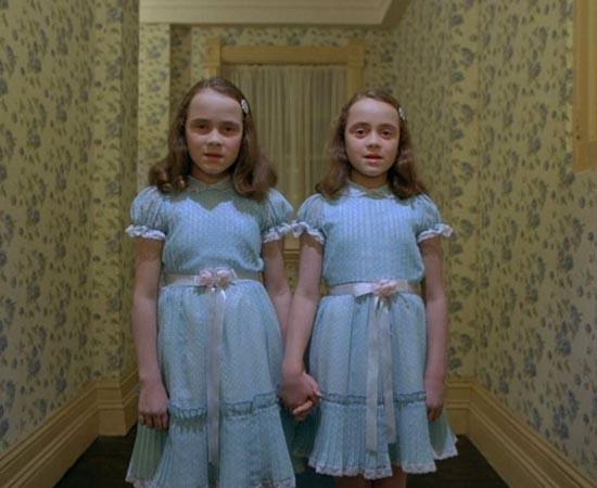O ILUMINADO (The Shining - 1980) Durante o inverno, uma família fica isolada em um hotel. No local, o pai é influenciado por uma presença maligna que o deixa violento, enquanto o filho tem visões horríveis sobre o passado e o futuro. O roteiro é adaptado do livro 'The Shining' de Stephen King. Apesar de ser ter se tornado um dos filmes mais famosos do mundo, o autor não aprovou a direção de Stanley Kubrick e fez a sua própria adaptação, uma minissérie de TV, em 1997.