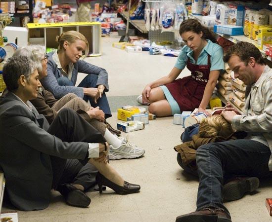 O NEVOEIRO (The Mist - 2007) - Um grupo de pessoas fica preso dentro de um supermercado após uma cidade do Maine (EUA) ser tomada por uma misteriosa neblina. Quem tenta sair do lugar é brutalmente assassinado por fenômenos sobrenaturais. O roteiro é baseado no romance 'The Mist' de Stephen King.