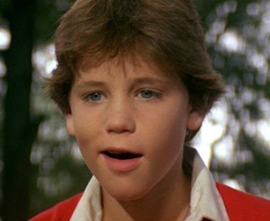 A HORA DO LOBISOMEM (Silver Bullet - 1985) - A cidade de Tarker's Mill era um lugar pacato até que assassinatos violentos começaram a ocorrer. Os habitantes acreditam que o assassino seja um psicopata, mas Marty, um menino de 11 anos, acha que um lobisomem está à solta. O roteiro do filme foi adaptado do livro homônimo de Stephen King.