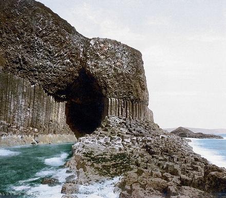 Essa caverna marítima fica numa ilha desabitada da Escócia, dentro de um Parque Nacional. O formato incomum já inspirou diversos escritores, que se basearam na caverna para criar suas obras.