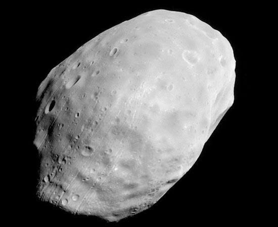 Fobos é a maior lua de Marte. Ela fica tão próxima do planeta que orbita mais rápido do que a rotação marciana. Por causa disso, a lua nasce e se põe três vezes por dia. Outra curiosidade é que Fobos não pode ser vista do extremo norte nem do extremo sul de Marte porque sua órbita é alinhada à Linha do Equador.
