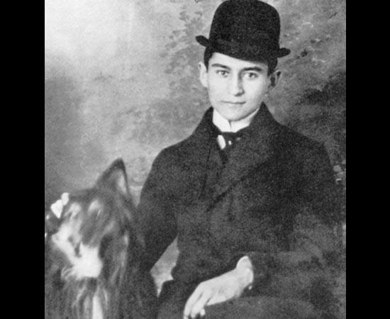 Franz Kafka ao lado de seu cachorro. Foi um dos maiores escritores de ficção do século 20. Suas obras mais reconhecidas são: A Metamorfose (1925), O Processo (1925) e O Castelo (1926).