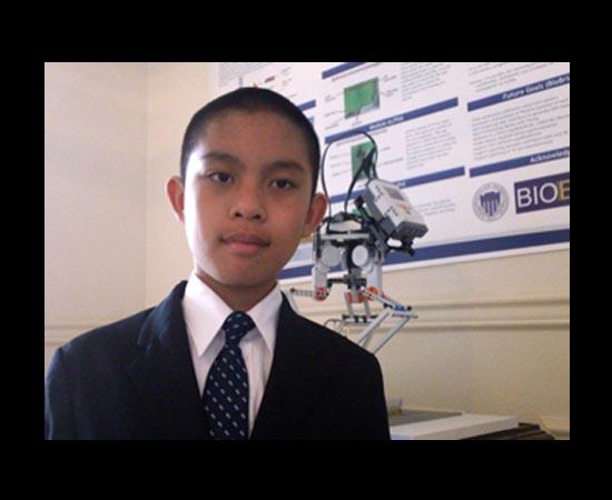 Gabriel See nasceu em 1998 nos Estados Unidos. Quando tinha 8 anos de idade, conquistou a pontuação máxima no SAT (teste aplicado a estudantes do último ano do Ensino Médio americano). Aos 10 anos, já realizava testes com receptores de células T no Centro de Pesquisa de Câncer Fred Hutchinson. Aos 11, ganhou medalha de prata em uma competição de biologia sintética promovida pelo MIT. Em 2011, Gabriel foi eleito um dos dez maiores inventores de Ensino Médio dos Estados Unidos. Atualmente, faz cursos avançados na Universidade de Washington.