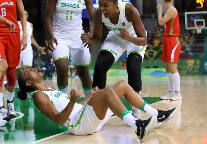 Joice Rodrigues (no chão) e Damiris Dantas comemoram uma cesta no jogo de terça (9) contra a Bielorrússia, no qual a Seleção Brasileira feminina de basquete tentava sua primeira vitória nesta Olimpíada. O Brasil perdeu de 65 a 63 - a terceira derrota, depois da Austrália e do Japão. Mesmo assim, a alegria das duas jogadoras- que já representaram o Brasil na Olimpíada de Londres -contagia qualquer um.