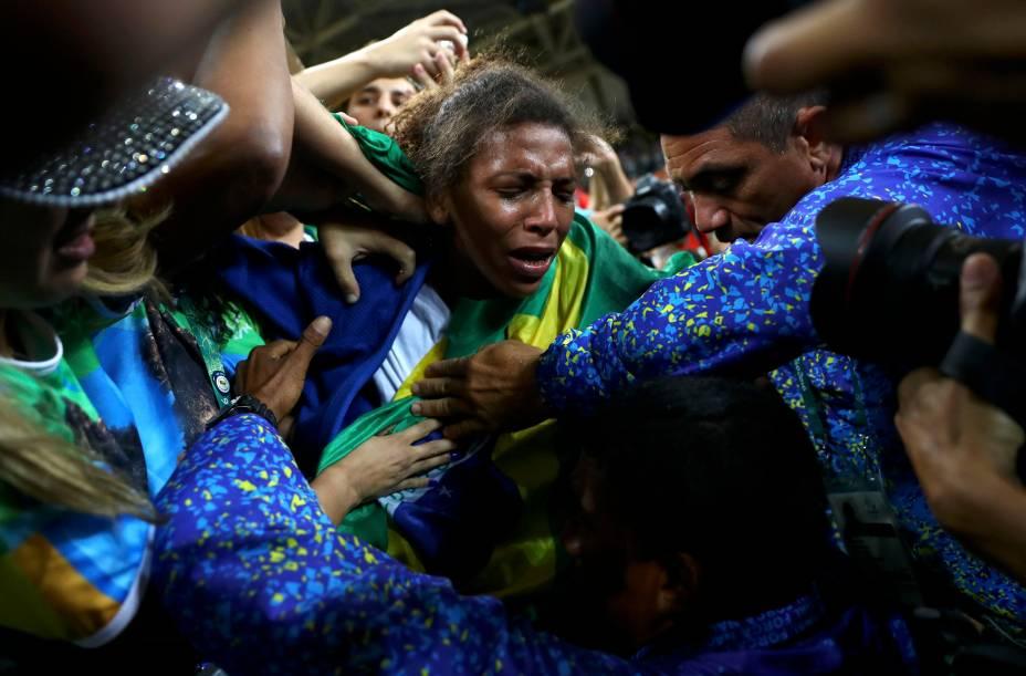 """A primeira medalha de ouro do Brasil nesta Olimpíada foi conquistada por Rafaela Silva, judoca da Cidade de Deus que começou a lutar em um projeto social chamado Reação. Em 2012, Rafaela foi desclassificada em Londres por usar um golpe irregular, e acabou sendo vítima de uma enxurrada de comentários racistas dos torcedores brasileiros. Na segunda (8), a lutadora venceu a mongol Sumiya Dorjsuren, na categoria até 57kg, e se disse orgulhosapor superar as críticas: """"Depois daquela derrota todo mundo me criticou, falaram que o judô não era para mim e que eu era a vergonha da minha família"""", disse, em entrevista ao Sport TV."""
