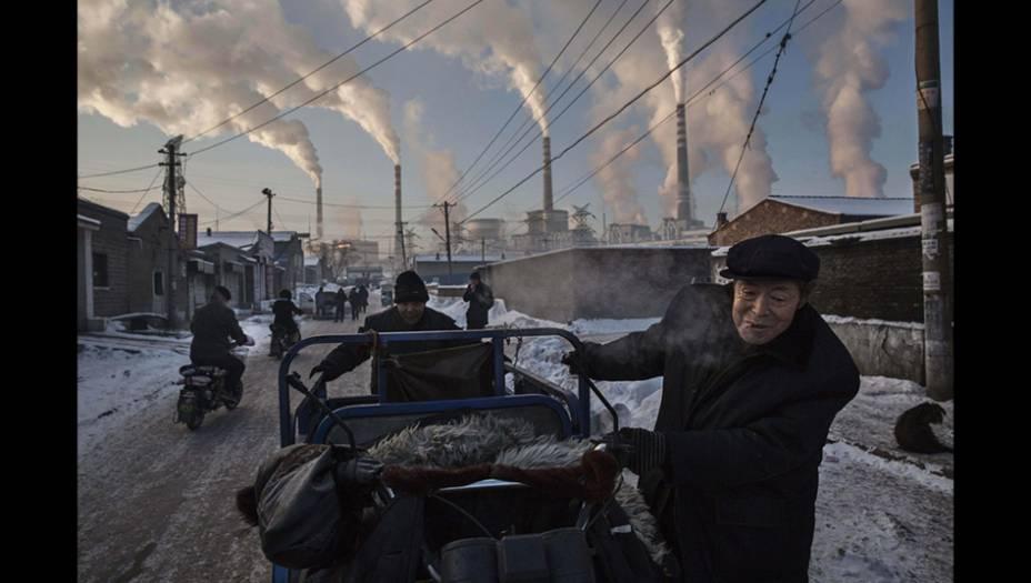 Esta foto do canadense Kevin Frayer venceu o primeiro prêmio na categoria Vida Cotidiana ao retratar a forte dependência chinesa da energia gerada pela queima do carvão. Olhando a imagem, fica fácil entender por que a China é responsável por um terço das emissões globais de gás carbônico.