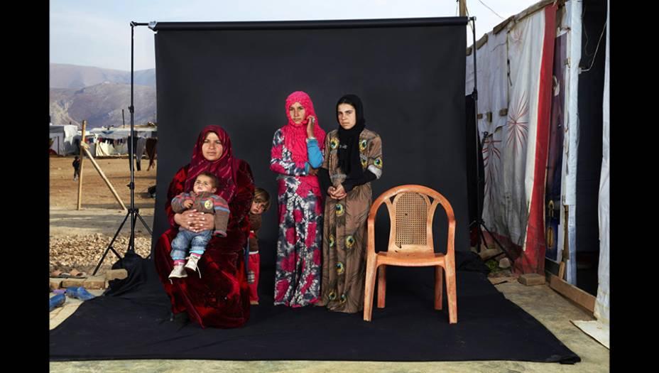 Esta foto, do italiano DarioMitidieri, é parte de uma série que retrata famílias no campo de refugiados de Bekaa Valley, no Líbano. A cadeira vazia representa um membro da família que morreu na guerra ou está desaparecido. Esta imagem, vencedora do terceiro prêmio na categoria Gente, mostra a família de Ammouna (à esquerda, com o menino no colo), cujo pai está desaparecido.