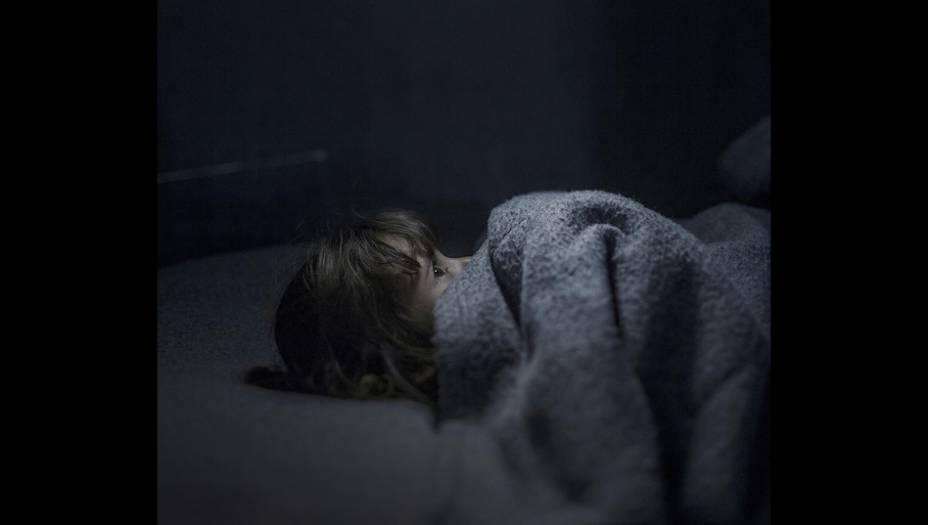 O olhar preocupado da pequena Fara, de 2 anos, uma criança que ama futebol e sonha em ter uma bola, conta de um jeito singelo a trágica história dos refugiados sírios que tentam escapar da guerra. A foto, do sueco Magnus Wenman, venceu o terceiro lugar entre as reportagens da categoria Gente.