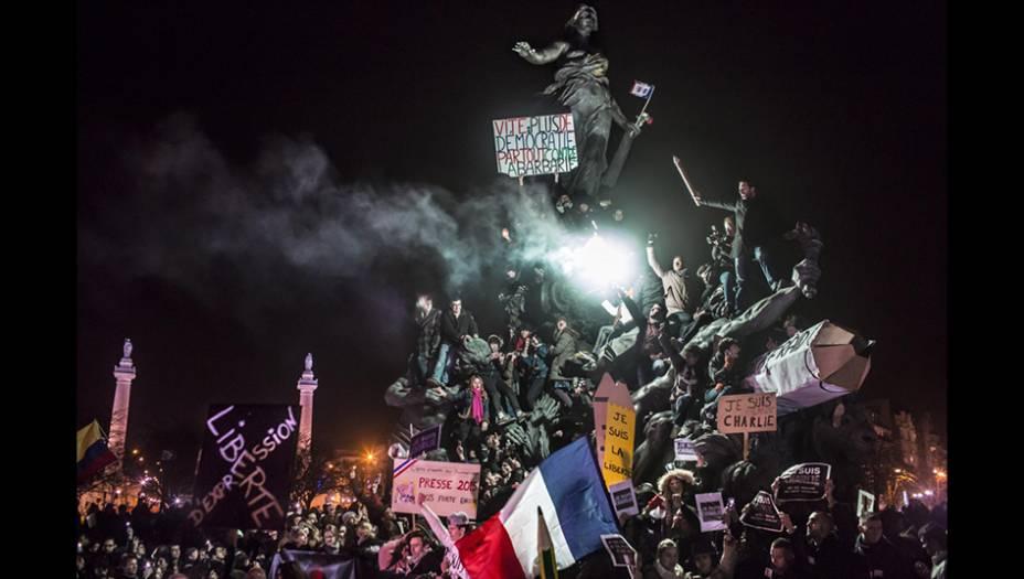 A foto do francês Corentin Fohlen, segunda colocada na categoria Notícias, mostra a Marcha Contra o Terror, que parou Paris em janeiro de 2011, após os ataques terroristas que começaram na redação do jornal satírico <em>Charlie Hebdo</em>.