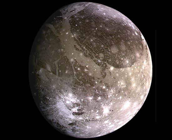 Ganímedes é o maior satélite de Júpiter e o também o maior do Sistema Solar. Essa lua é tão gigantesca que chega a ter diâmetro maior do que Mercúrio. Foi descoberta por Galileu Galilei em 1610. É composta de gelo, água e silicatos de rocha.