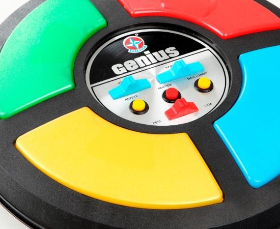 GENIUS - Este brinquedo de memorização de cores e sons fez muito sucesso na década de 1980. As crianças adoravam, mas os pais preferiam dar presentes mais baratos.