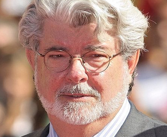 GEORGE LUCAS - É um diretor, roteirista, produtor e empresário americano, consagrado pelas franquias Star Wars e Indiana Jones. Na década de 60, após abandonar a carreira de piloto de corridas devido a um acidente, ingressou na Universidade da Califórnia do Sul e estudou cinema ao lado de Francis Ford Coppola. Seu primeiro longa-metragem foi lançado em 1971. Com o dinheiro ganho no primeiro filme de Star Wars, fundou sua própria companhia, a Lucasfilm.