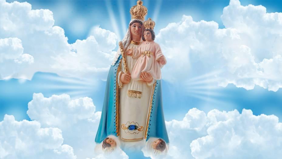 Nossa Senhora da Glória:É uma referência ao dogma da Assunção, segundo o qual Nossa Senhora subiu ao céu de corpo e alma, onde foi recebida com todas as honras. Coroa e cetro indicam que ela é uma rainha gloriosa.