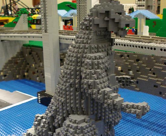 Esta é uma réplica de Godzilla que ficou à mostra em uma exposição para fãs de Lego.