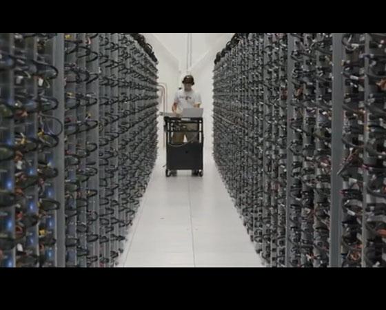 Para assegurar que todos tenham acesso aos seus dados sempre que precisarem,  o Google mantém cada pedaço de informação em pelo menos dois servidores.