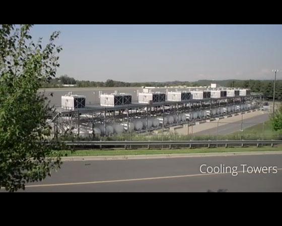 Como as máquinas do centro de processamento de dados nunca param de funcionar, existem várias torres de resfriamento para manter a temperatura do local.