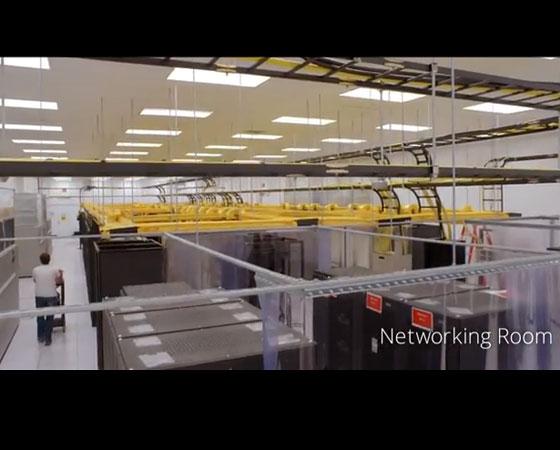 Os equipamentos desta sala tem que direcionar as solicitações para os servidores corretos, que ficam em outra sala. São esses computadores também que permitem a comunicação deste data center com outros ao redor do mundo.