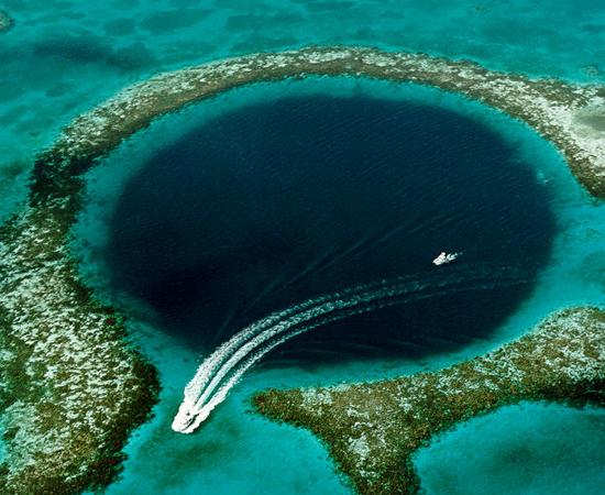 Já ouviu falar no Grande Buraco Azul de Belize? É esta cratera com mais de 300 metros de circunferência e 124 metros de profundidade em pleno mar do Caribe.