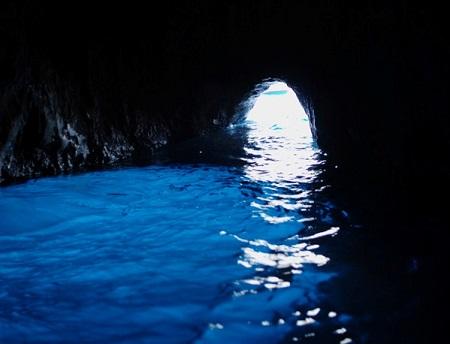 Essa é outra caverna marítima que ganhou fama internacional. A Grotta Azzurra (ou Gruta Azul, em bom português) tem uma profundidade de cerca de 150 metros. A luz brilhante de cor esmeralda atrai inúmeros turistas ao local, que precisam passar por uma pequena abertura para conferir o visual.