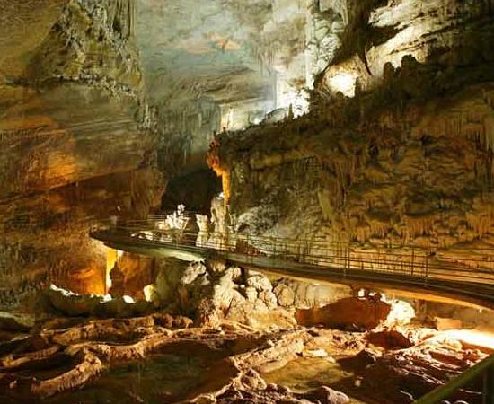 No Líbano você pode encontrar a Gruta de Jeita, uma maravilha natural composta por duas cavernas interligadas em um sistema de 9 km de extensão. Para visitar o local, é preciso usar embarcações. Ah, é aqui onde ficam as maiores estalactites do mundo!
