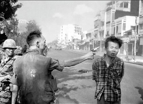 Durante a guerra do Vietnã, Nguyen Ngoc Loan, chefe da polícia sul-vietnamita, disparasua pistola contra a cabeça de Nguyen Van Lem, oficial Vietcong, em Saigon.