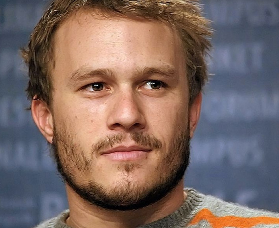 Heath Ledger morreu no dia 22 de janeiro de 2008, aos 28 anos de idade. O corpo foi encontrado no apartamento do ator, em Nova Iorque. A polícia chegou a investigar a hipótese de suicídio, mas o laudo oficial informou que Ledger morreu devido a uma intoxicação acidental, causada pela ingestão de vários medicamentos.