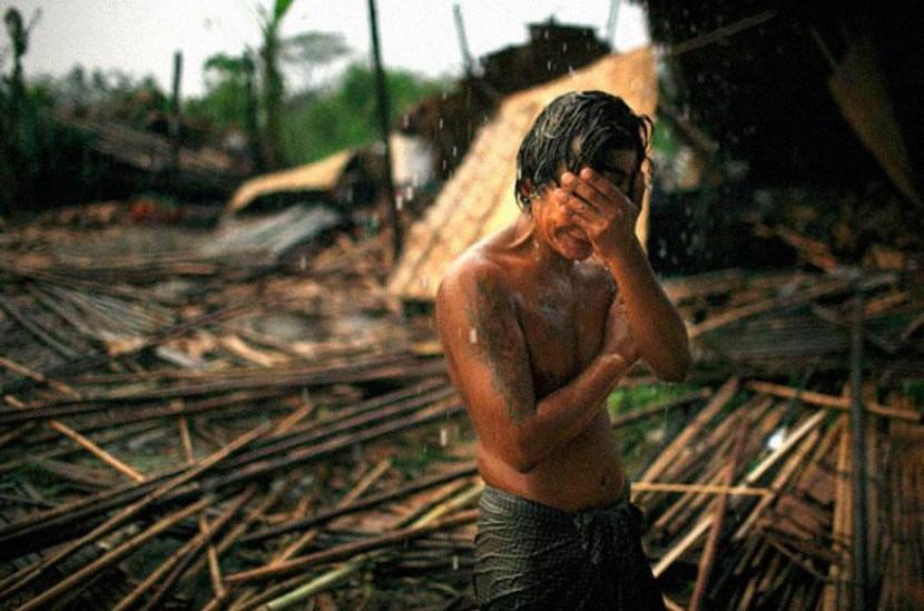 Em maio de 2008, um ciclone atingiu a costa sul de Mianmar. Segundo a junta militar do país, cerca de 78 mil pessoas morreram e 56 mil desapareceram. Na foto, Hhaing O Yu choraao ver a destruição causada em sua comunidade.