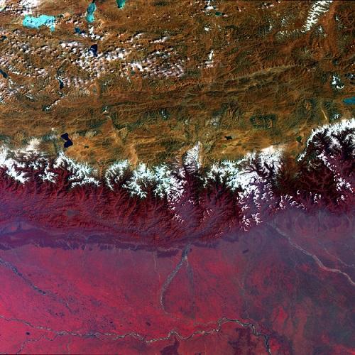 Sonha em conhecer o Himalaia? Então veja essa foto com atenção. Acima dos picos nevados está o planalto do Tibete. Abaixo ficam o Nepal, o Butão e a Índia.