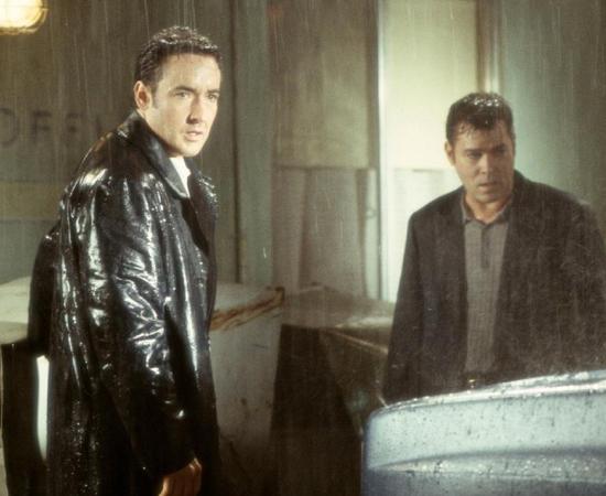Identidade (James Mangold, 2003) - 10 pessoas estranhas ficam presas em um hotel de beira de estrada durante uma tempestade. O clima fica tenso quando elas começam a ser assassinadas, uma a uma. A surpresa fica por conta da identidade do assassino.