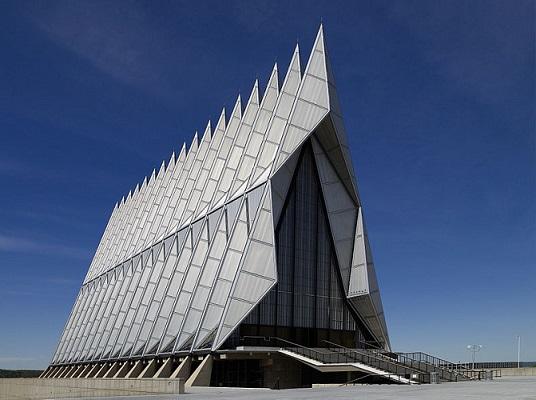 Pode não parecer, mas esse prédio da foto é uma igreja norte-americana. Dentro do prédio, erguido na década de 60 e premiado por diversas instituições de arquitetura desde então, funcionam templos católicos, judeus e protestantes.