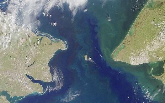 Uma é da Rússia. A outra é dos Estados Unidos. As ilhas Diomedes ficam no Estreito de Bering e estão a apenas 4 quilômetros uma da outra - no inverno, com o mar congelado, é possível percorrer a distância a pé. Entre as duas passa a Linha Internacional de Data, o que significa que cada uma das ilhas está num dia diferente.