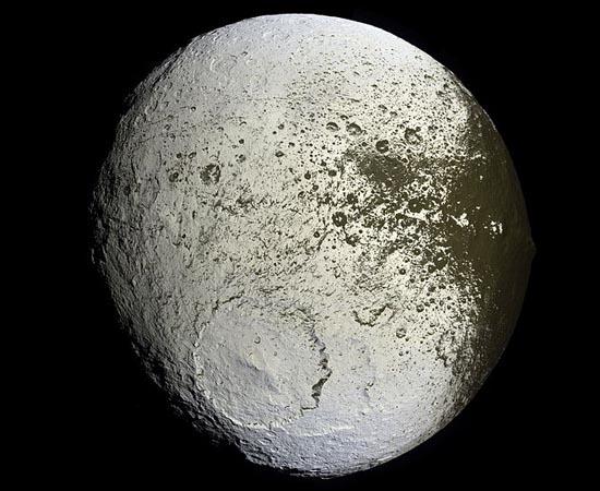 Jápeto é a terceira maior lua de Saturno. Por causa da variação de cores de seus hemisférios, é considerado o corpo do Sistema Solar que apresenta maior variação de brilho.
