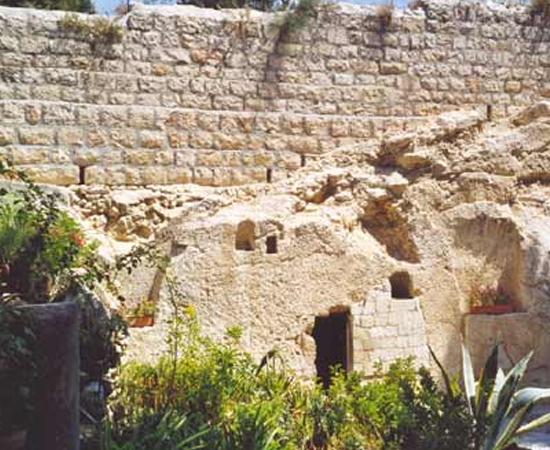 JARDIM DO TÚMULO - Outros cristãos, principalmente protestantes, acreditam que Jesus Cristo foi sepultado neste jardim, que fica fora das muralhas de Jerusalém. O local está localizado perto da entrada principal da cidade, o Portão de Damasco.